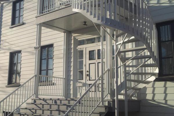 Balcons, marches, escalier, rampes et colonnes